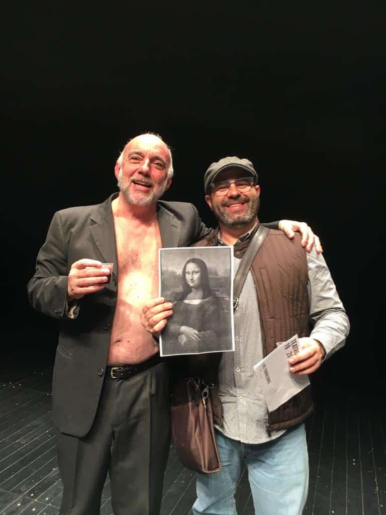Julio Vélez y el integrante de los Torreznos junto a la mona lisa